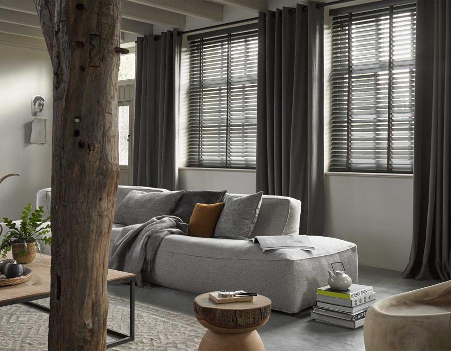 raamdecoratie houte jaloezieen gordijnen
